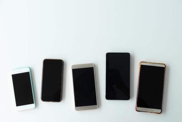 Verzameling van mobiel op tafel