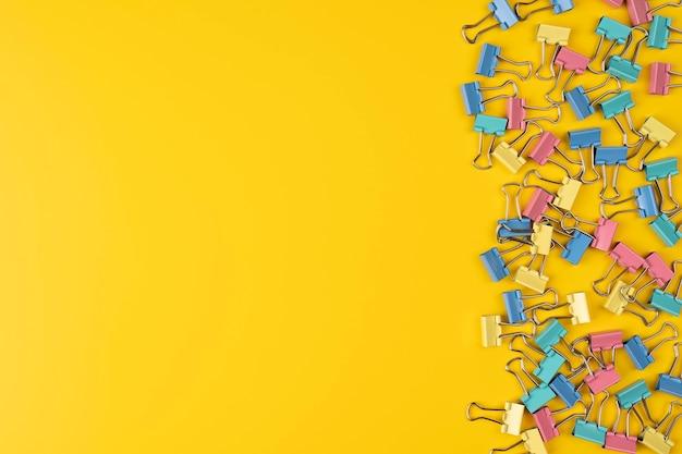 Verzameling van paperclip geïsoleerd over gele achtergrond grens met kopie ruimte