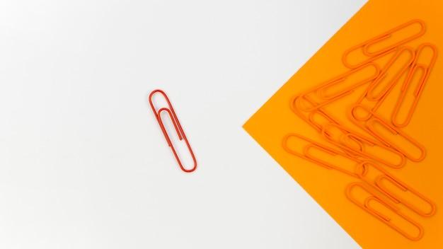 Verzameling van paperclips met alleen een rode