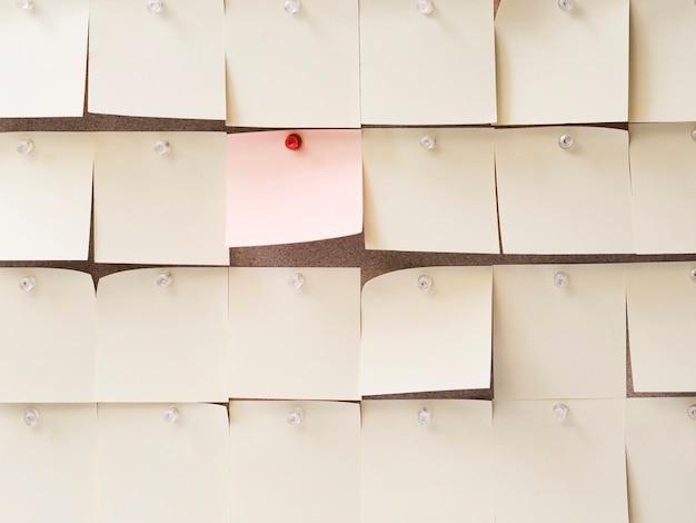Verzameling van plakbriefjes rond een roze
