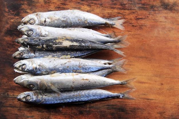 Verzameling van rauwe salemvissen op het oppervlak van het hout