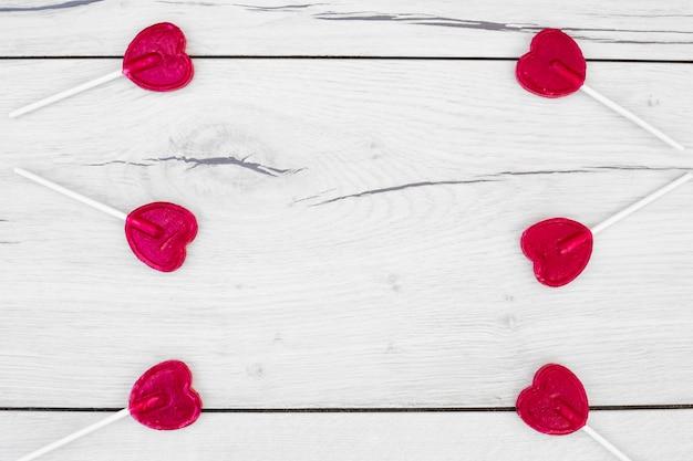 Verzameling van rode lollies op toverstokken