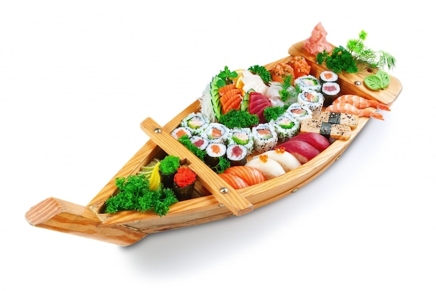 Verzameling van soorten sushi op de decoratieve plaat schip. op een witte muur.