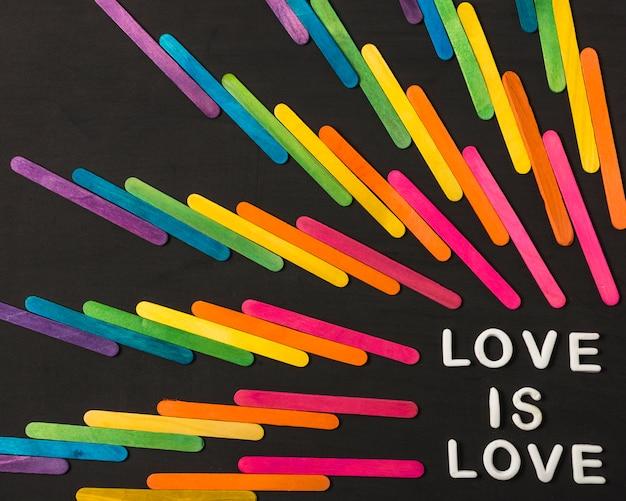 Verzameling van stokken in heldere lgbt-kleuren en liefde is liefdeswoorden