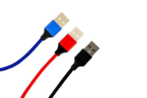 Verzameling van usb-kleuren kabel rood, zwart, blauw voor slimme telefoon geïsoleerd op een witte achtergrond