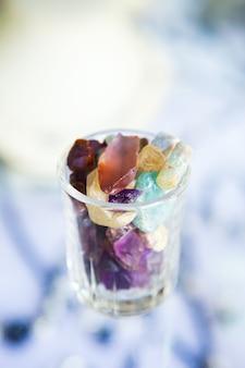 Verzameling van veel verschillende natuurlijke kleurrijke edelstenen.