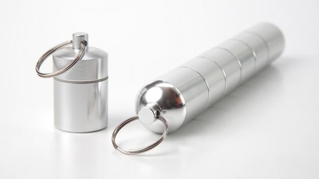 Verzegelde aluminium containers voor kleine voorwerpen en medische pillen op een wit