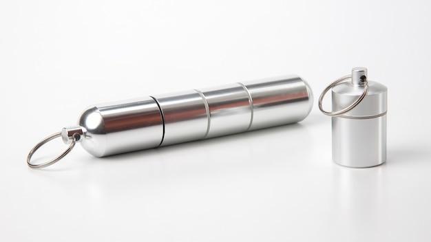 Verzegelde aluminium containers voor kleine voorwerpen en medische pillen op een witte tafel