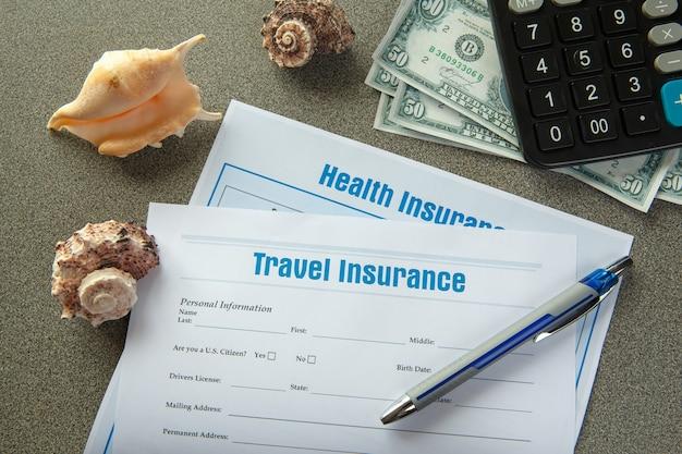 Verzekering concept. reis- en ongevallenverzekering. verzekeringspolis en schildpad