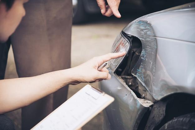 Verzekeringsagent werkt tijdens on-site auto-ongevallenclaimproces, mensen en autoverzekeringsclaim