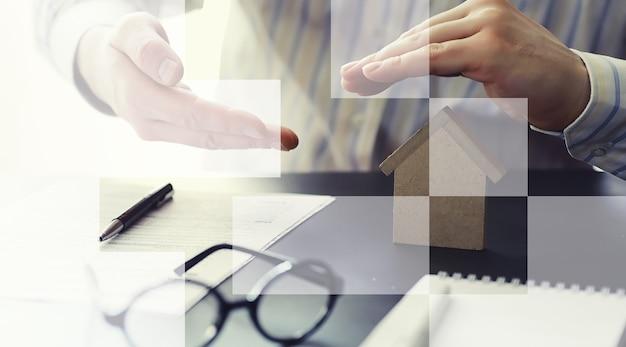 Verzekeringsonderpand concept. levens- en inboedelverzekeringen. een zakenman bereidt een document voor.