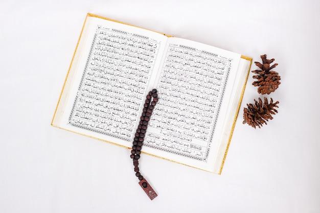 Verzen van de heilige koran en tasbih geïsoleerd op witte achtergrond