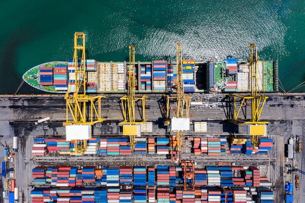 Verzenden van vrachtcontainers laden en lossen