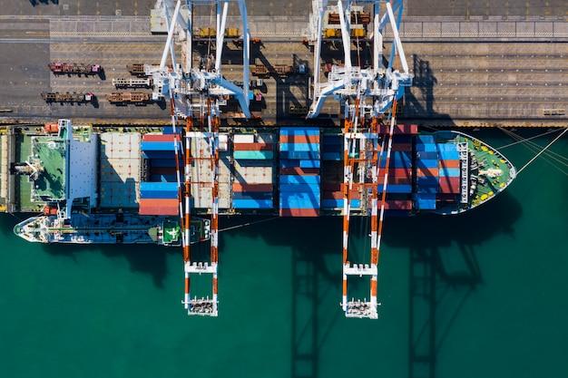 Verzending van vrachtcontainers met verzending van olie- en gastransport bovenaanzicht