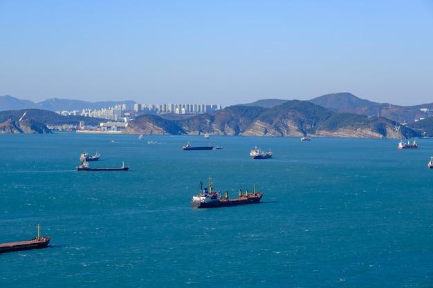 Verzending vracht en vissersboot en bouwen met berg
