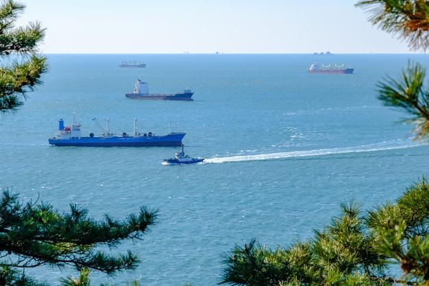 Verzending vracht en vissersboot in boom frame