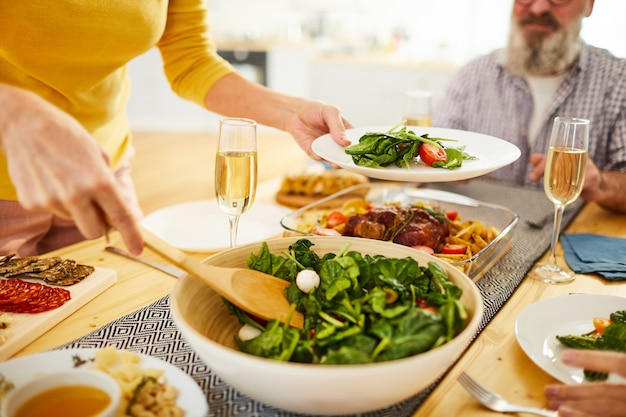 Verzorgen van gasten tijdens etentje