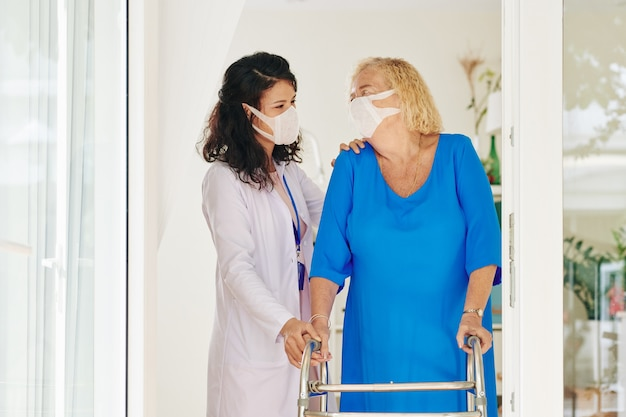 Verzorger helpt senior vrouw
