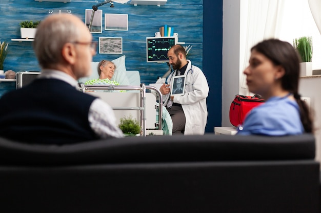 Verzorger man arts werknemer uitleg over radiografie bespreken ziektebehandeling