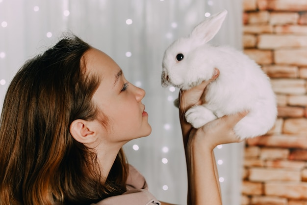 Verzorging van konijnen. vriendschap van kinderen en dieren. mensen houden van de natuur. hoge kwaliteit foto