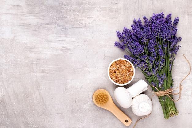 Verzorgingsproducten en een fris lavendelboeket