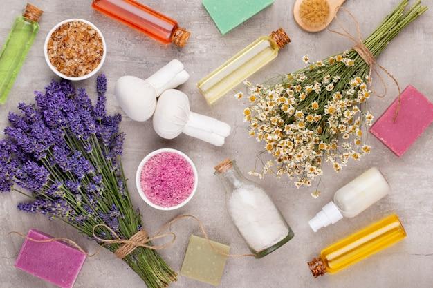 Verzorgingsproducten en vers lavendelboeket op witte houten lijstachtergrond
