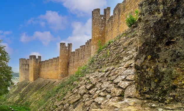Vestingmuur en torens van katholiek klooster van tomar, portugal.