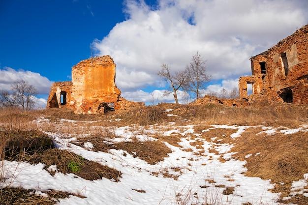 Vestingruïne - onderdeel van bouwwerken. ruïnes van een fort
