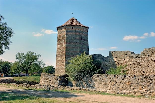 Vestingstoren van het middeleeuwse fort ackerman. belgorod dnestrovsky, regio odessa, oekraïne