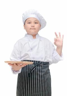Vette chef-kok die lege houten geïsoleerde schotel houdt