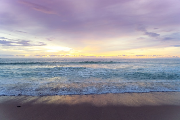 Vew van zonsonderganghemel op tropisch strand in schemertijd in de provincie van phuket, zuidelijk thailand