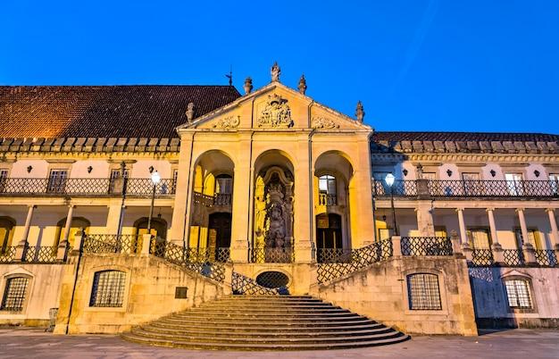 Via latina aan de universiteit van coimbra in de avond in portugal