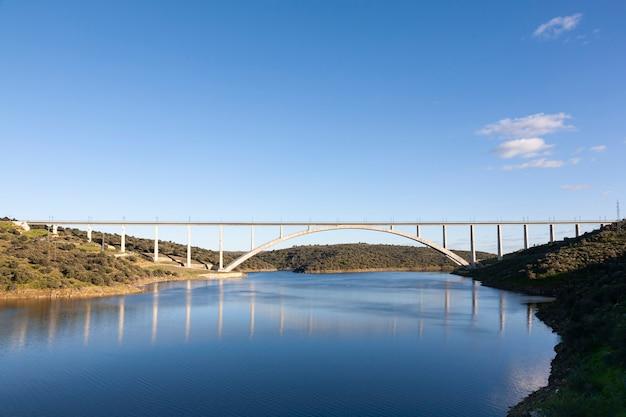 Viaduct of brug van de ave-hogesnelheidstrein over de rivier de almonte in caceres, extremadura. lijn madrid - extremadura. adif alta velocidad