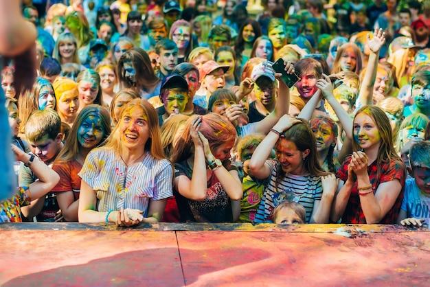 Vichuga, rusland - juni 17, 2018: een menigte van gelukkige mensen bij de viering van het holi-festival van kleuren