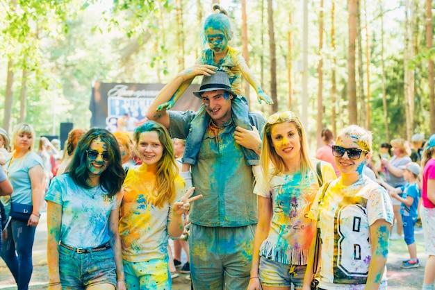 Vichuga, rusland - juni 17, 2018: festival van kleuren holi. groep gelukkige mensen in verf