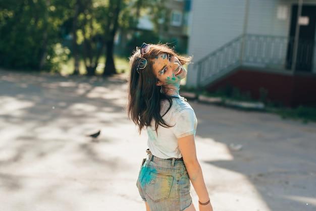 Vichuga, rusland - juni 17, 2018: festival van kleuren holi. portret van een jong gelukkig meisje