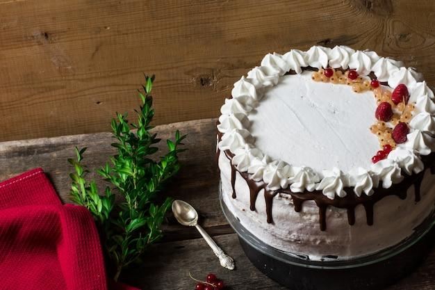 Victoria-cake met aardbeien, amerikaanse veenbessen en munt op de lijst. toetje. engelse keuken