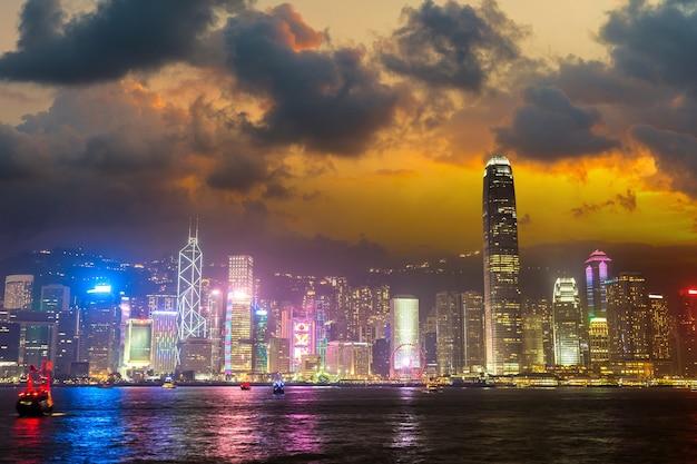 Victoria harbor in hong kong bij zonsondergang
