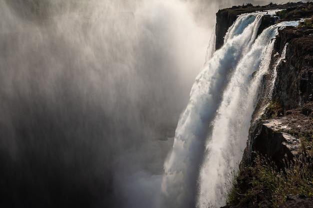 Victoria valt waterstroom in de schemering