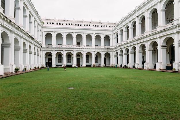 Victoriaanse bouwstijl met centrumbinnenplaats binnen indisch museum.