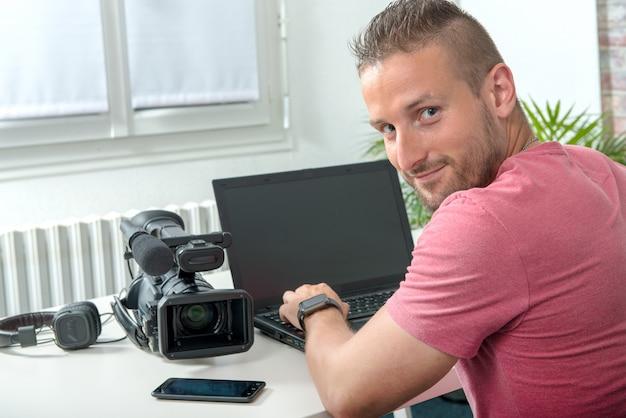 Video-editor met computer en professionele videocamera