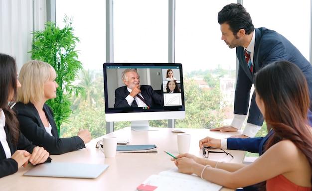 Video-oproep groep bedrijfsmensen bijeen op virtuele werkplek of extern kantoor