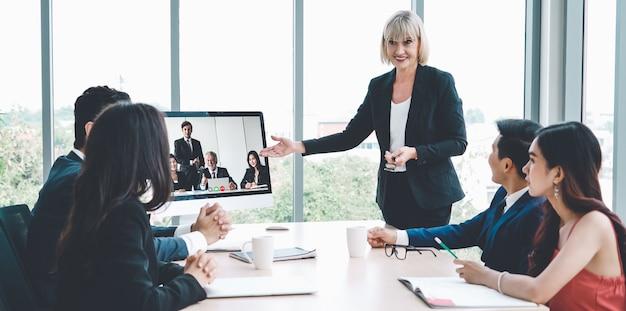Video-oproep groep mensen uit het bedrijfsleven bijeen op virtuele werkplek of extern kantoor
