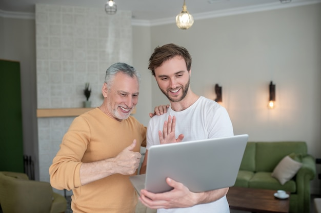 Video-oproep. twee mannen die een videogesprek voeren en er opgewonden uitzien