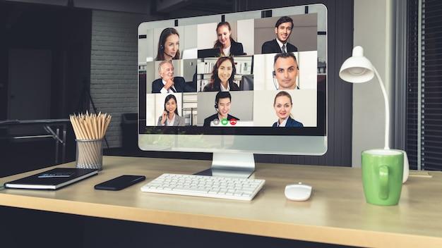 Video-oproep zakenmensen bijeen op virtuele werkplek of extern kantoor
