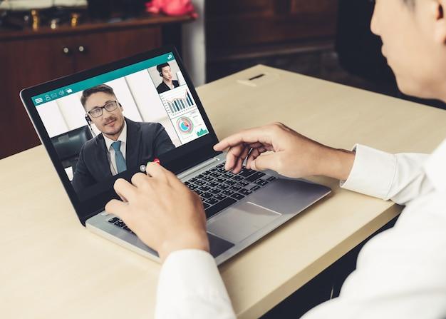 Video-oproep zakenmensen ontmoeten elkaar op virtuele werkplek of extern kantoor Premium Foto