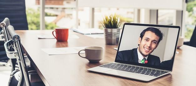 Video-oproep zakenmensen ontmoeten elkaar op virtuele werkplek of extern kantoor