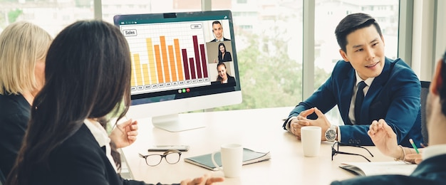 Video-oproepgroep zakenmensen ontmoeten elkaar op virtuele werkplek of extern kantoor