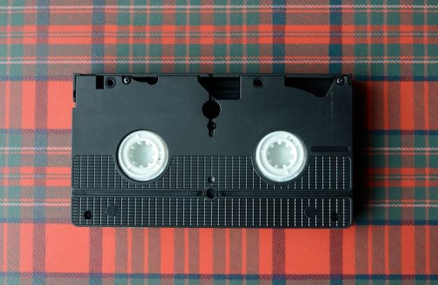 Videoband op geruit tafelkleed