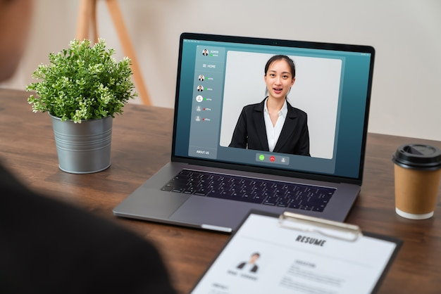 Videobellen en interviewen voor online banen via digitale laptop